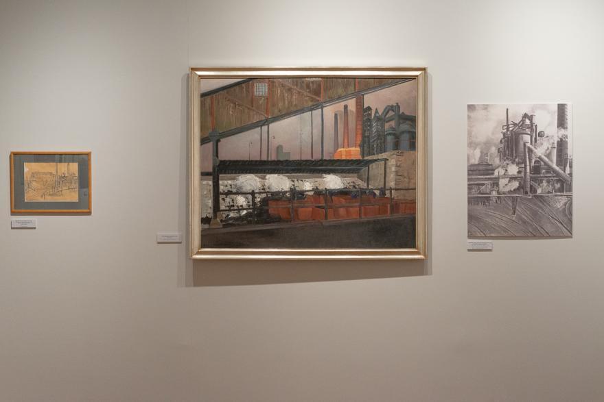 obrazy zawieszone na muzealnej ścianie