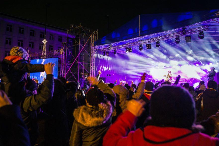 publiczność pod sceną na placu Krakowskim