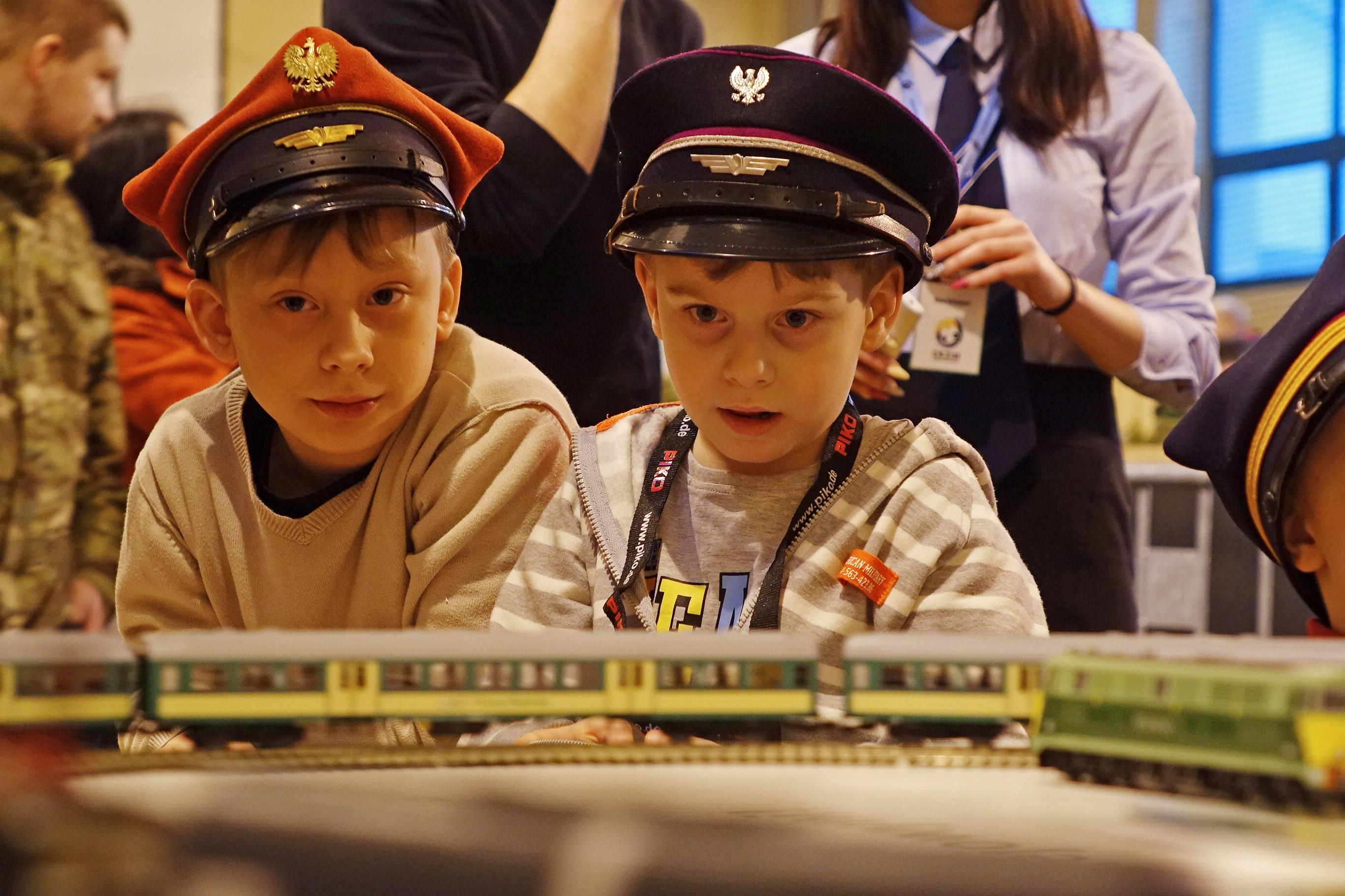 dzieci oglądające pociągi na wystawie
