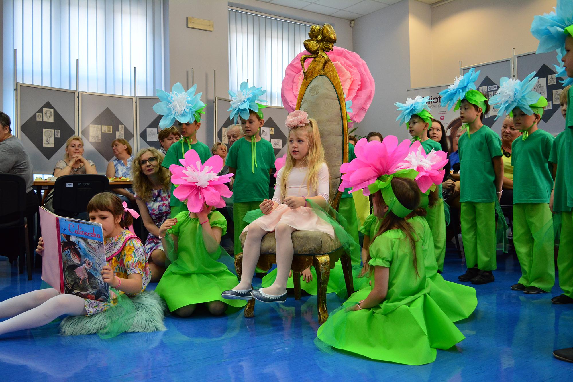 dzieci podczas spektaklu teatralnego
