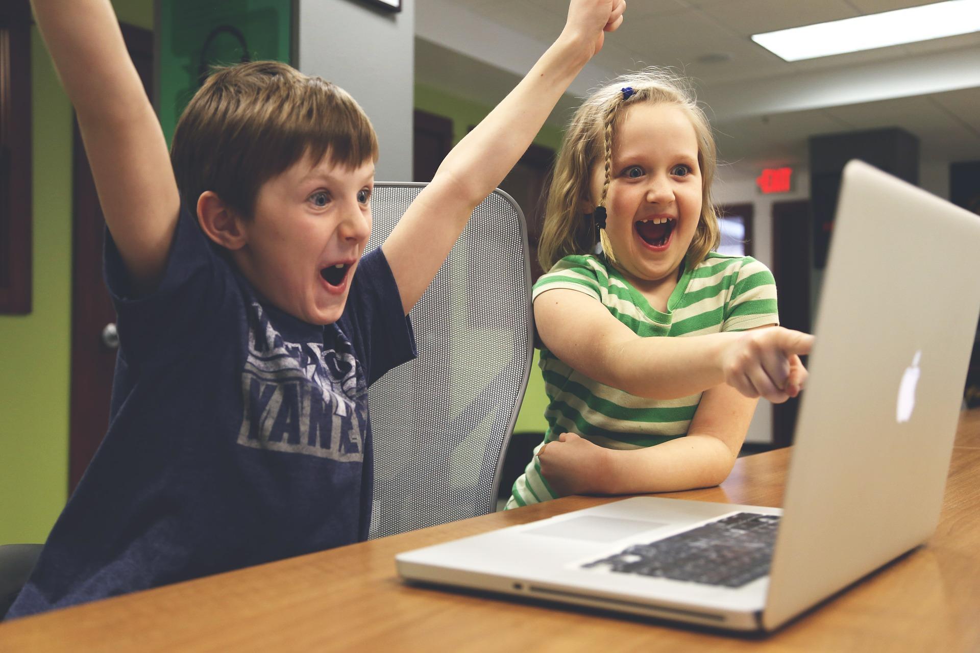 dzieci przed laptopem