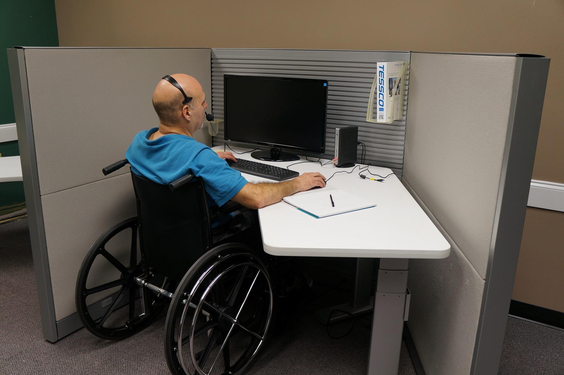 niepełnosprawny przy komputerze