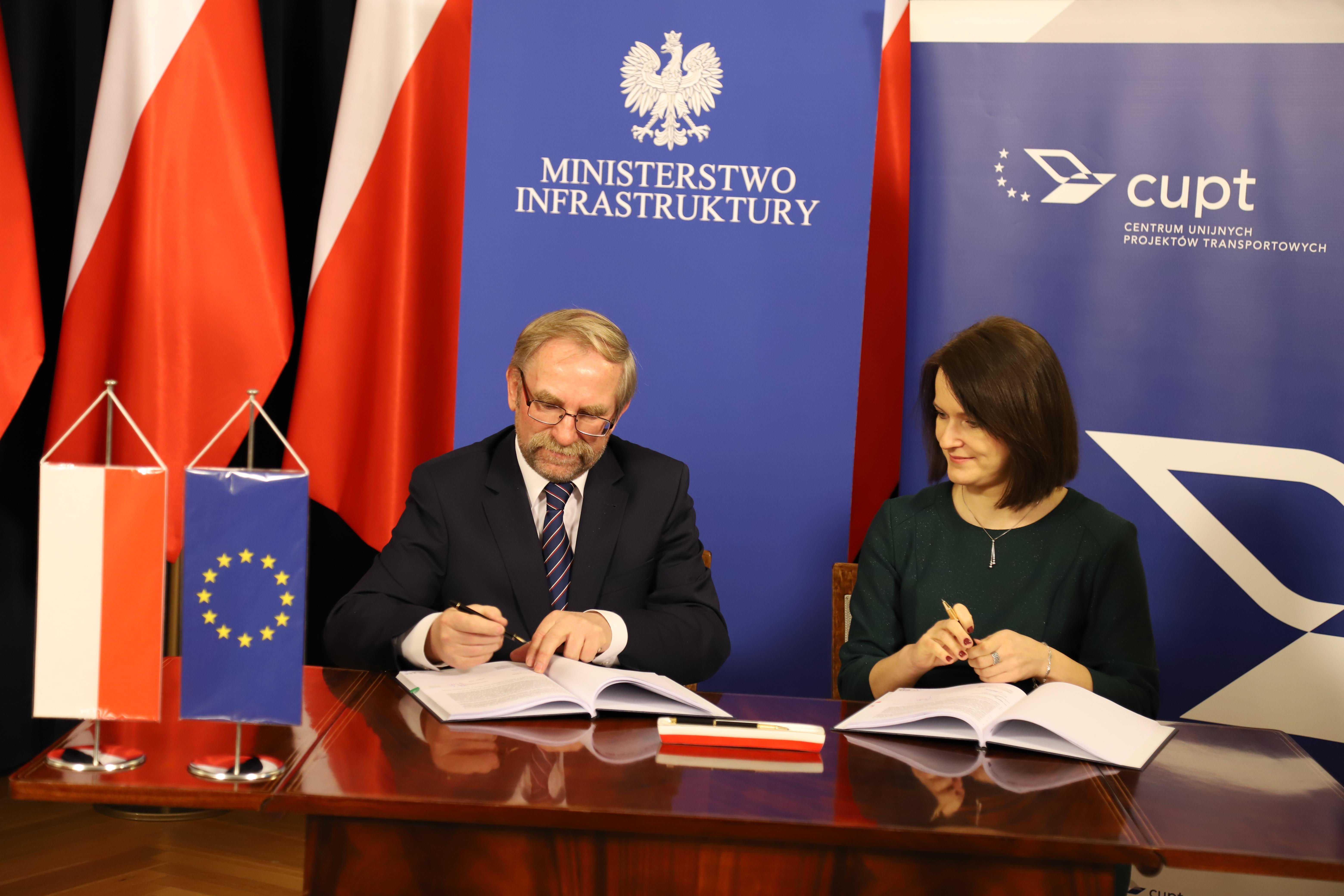 prezes Henryk Szary podpisuje umowę