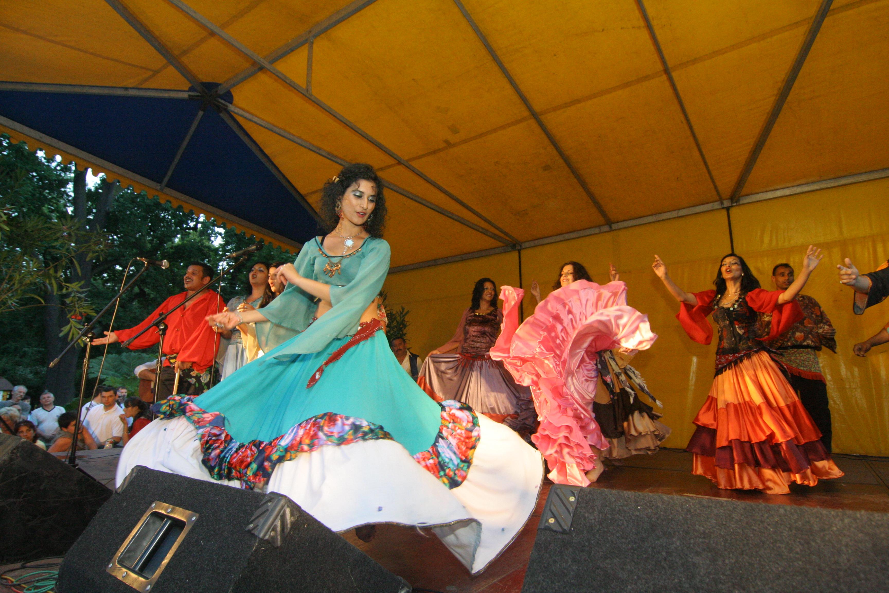 tańczące na scenie Romki