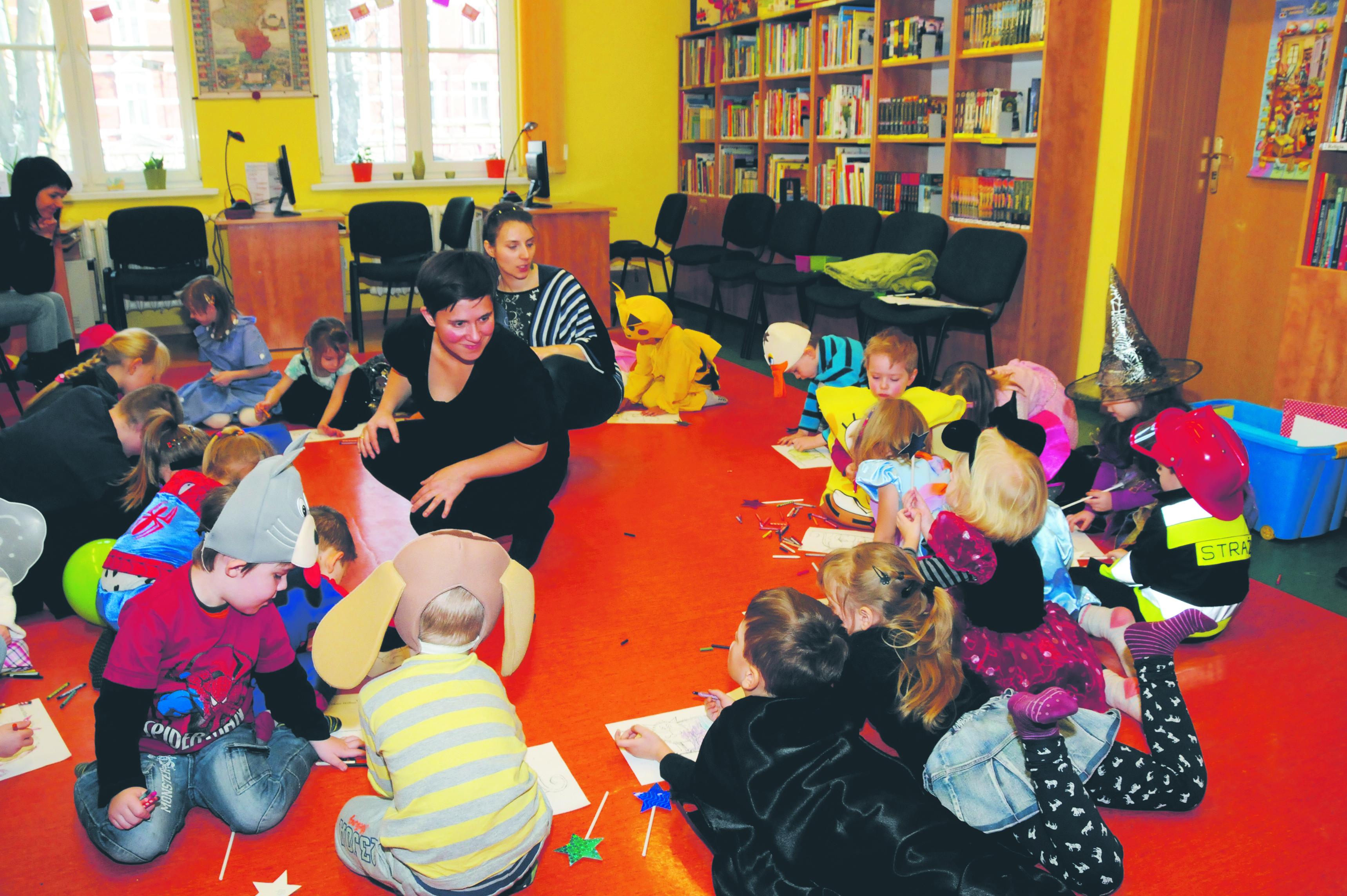 zajęcia dla dzieci między regałami