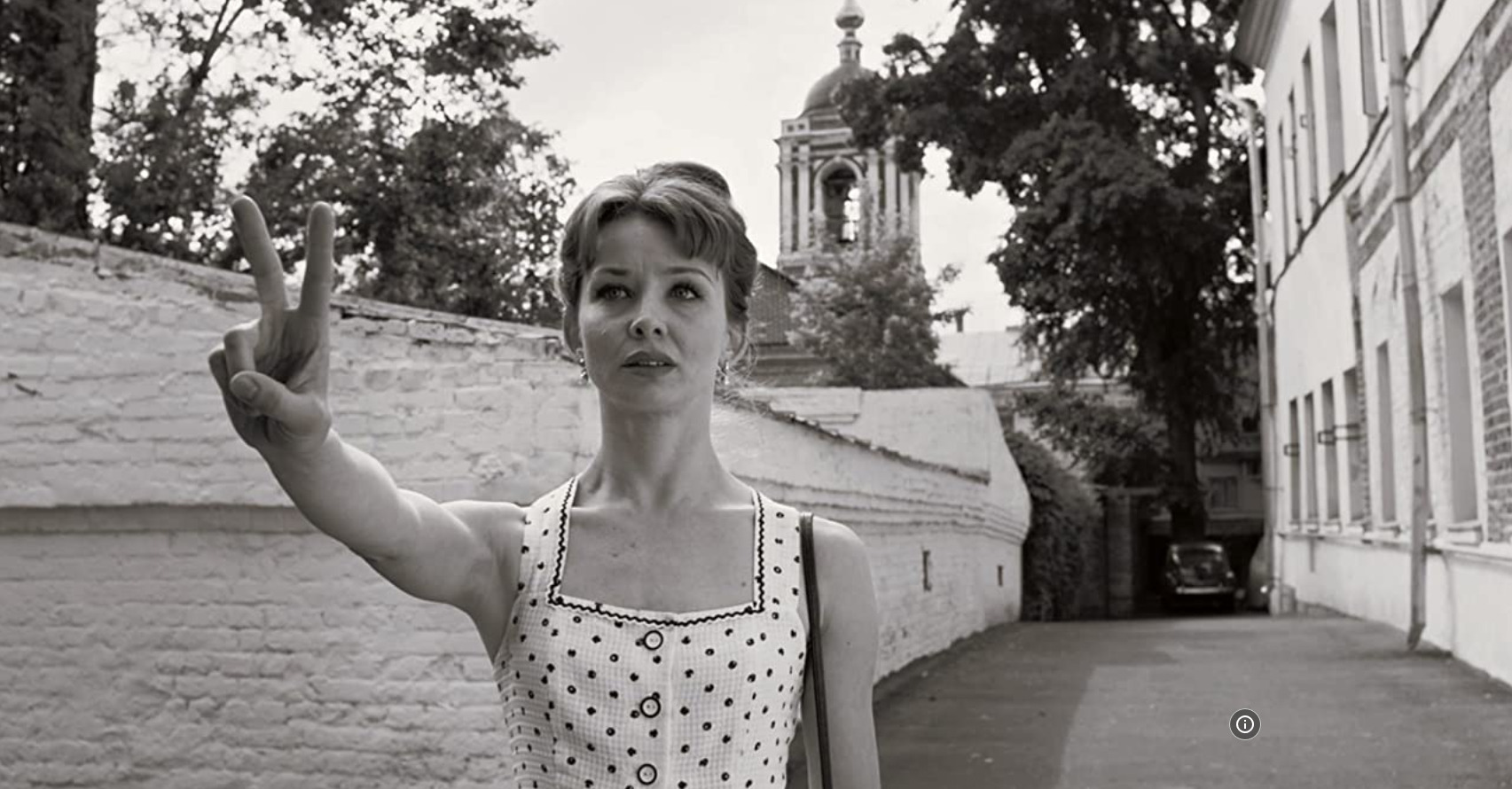 kobieta w sukience, czarno-biały kadr