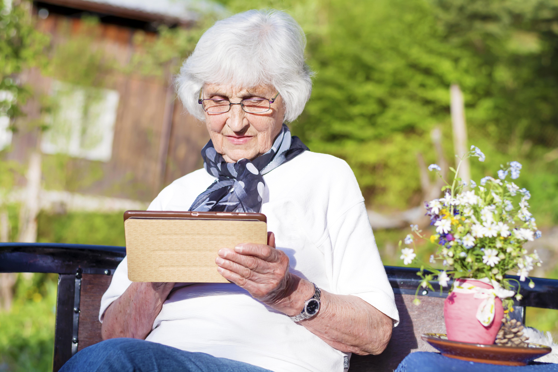 seniorka sprawdzająca informacje na tablecie