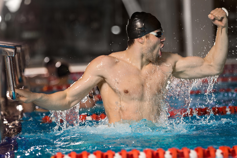 triumfujący pływak