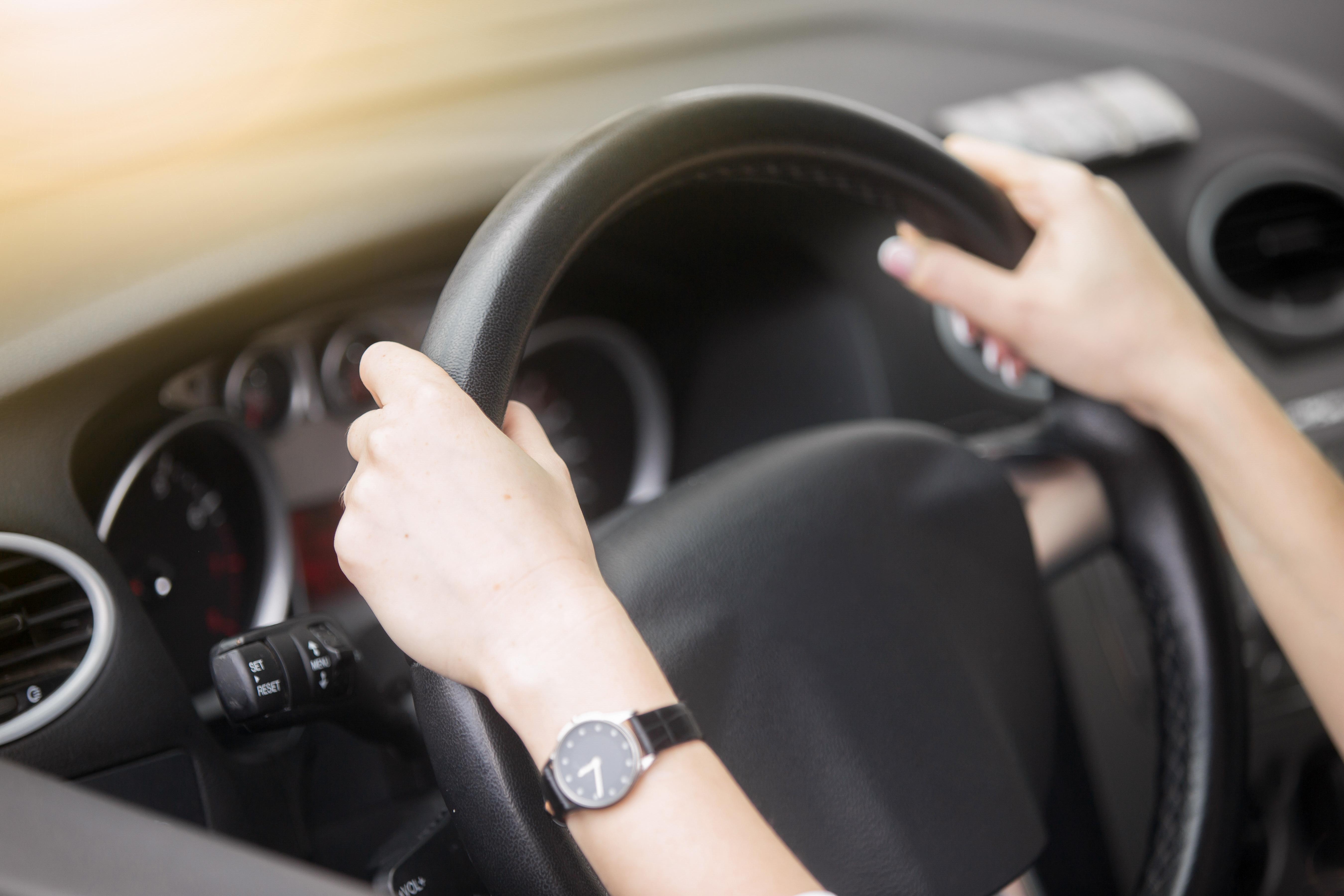 ręce na kierownicy samochodu