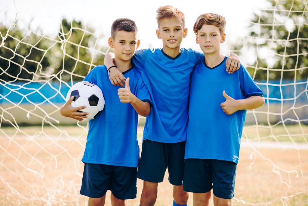 Młodzi piłkarze w bramce