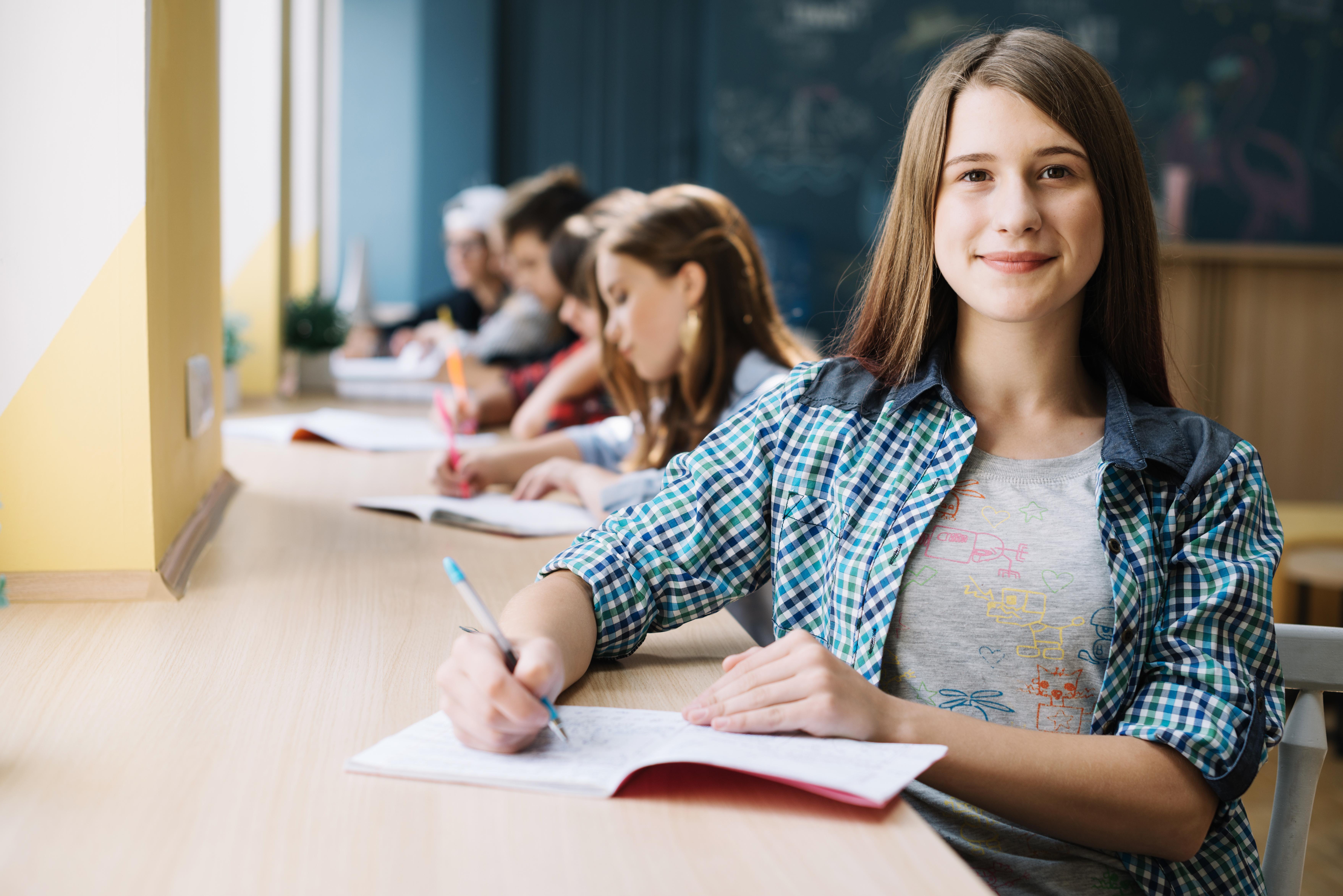 uczniowie w sali lekcyjnej