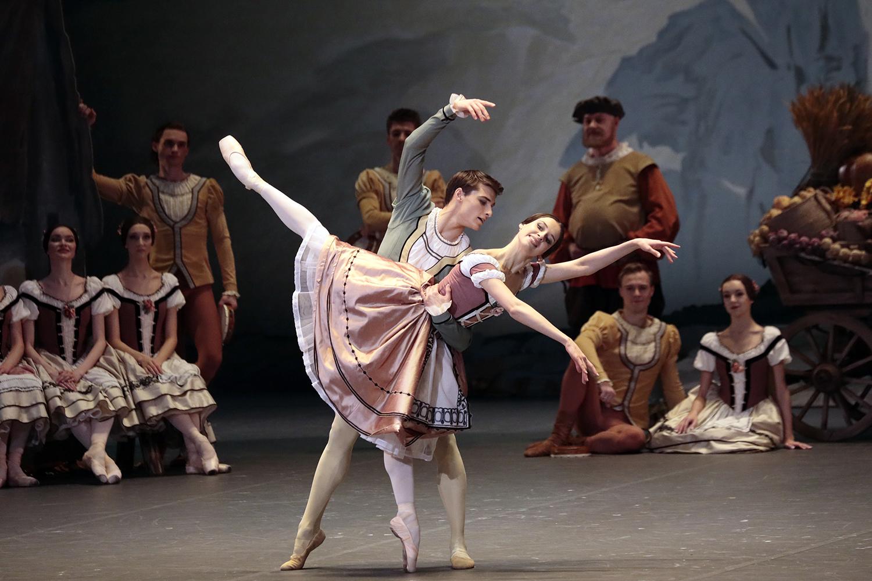 para baletowa, w tle pozostali tancerze spektaklu