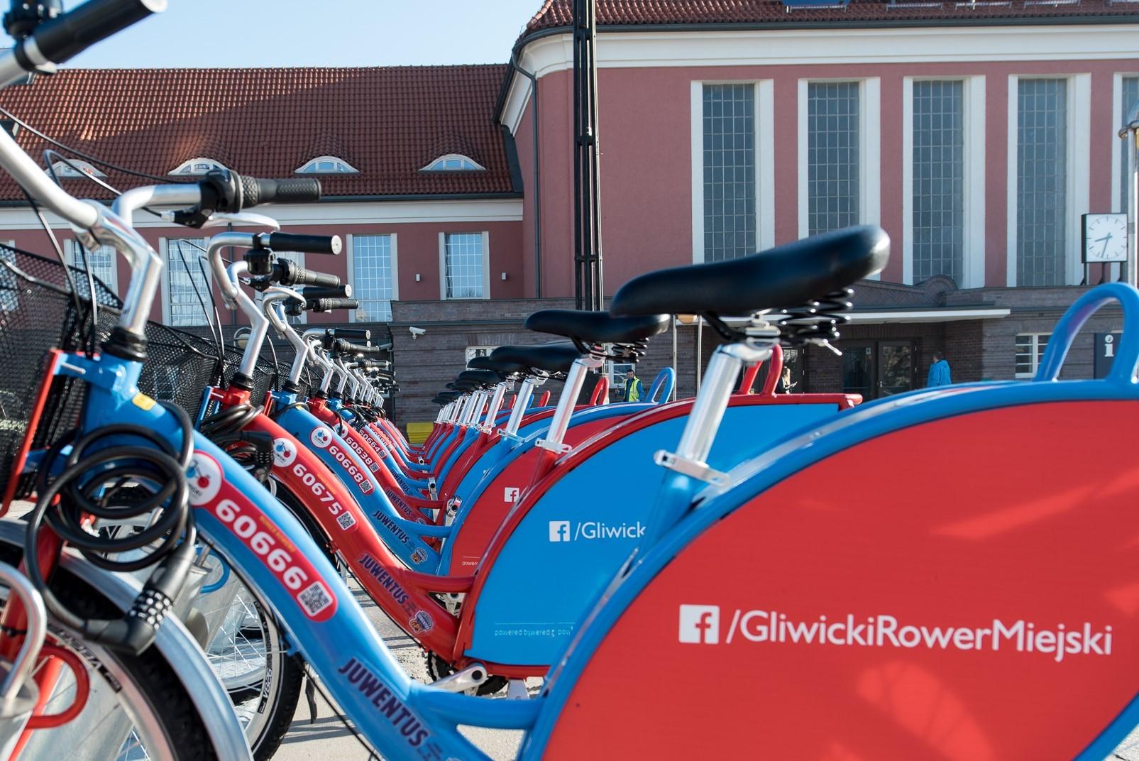 rower na tle dworca PKP
