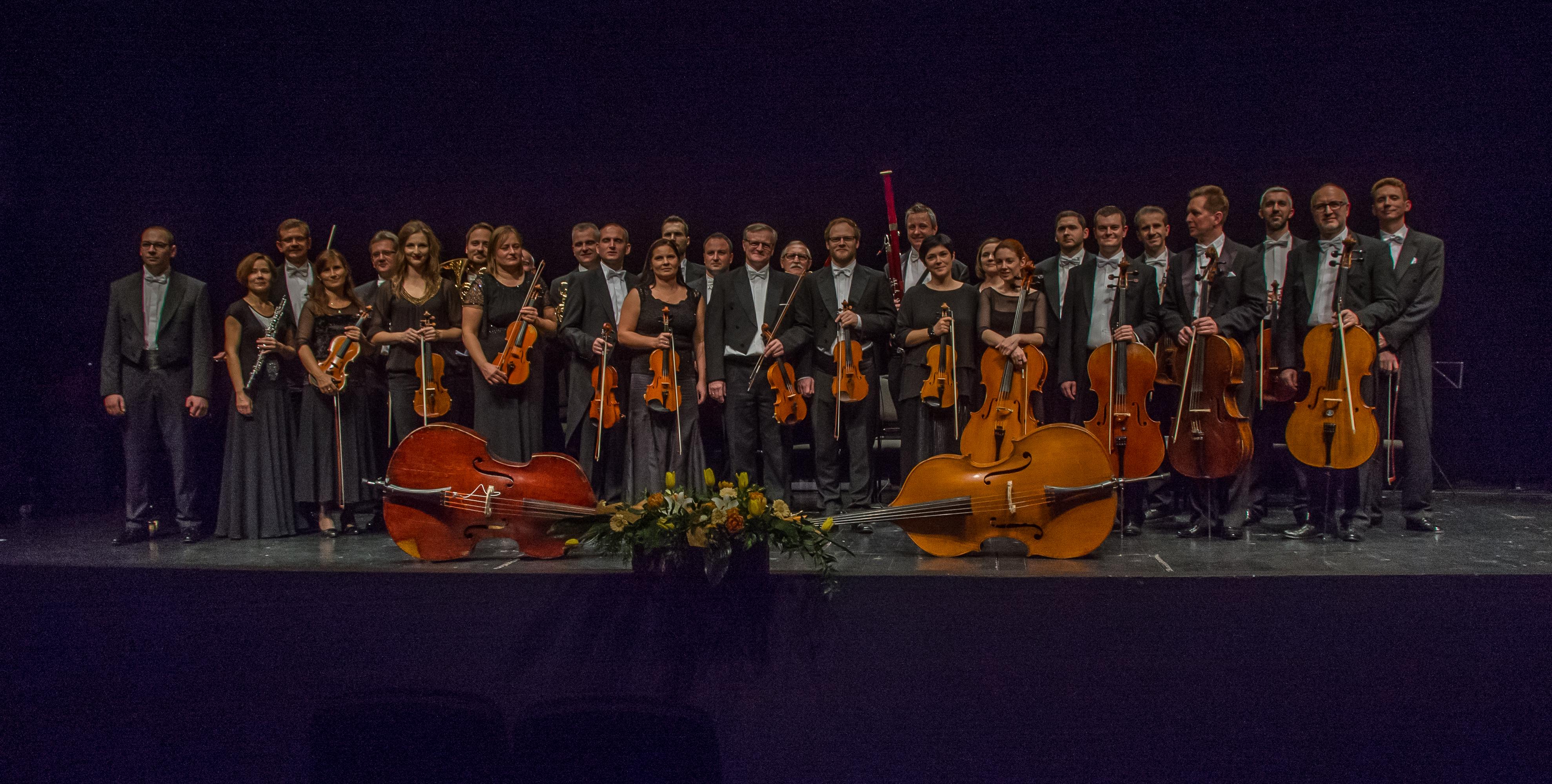 instrumentaliści na scenie po koncercie