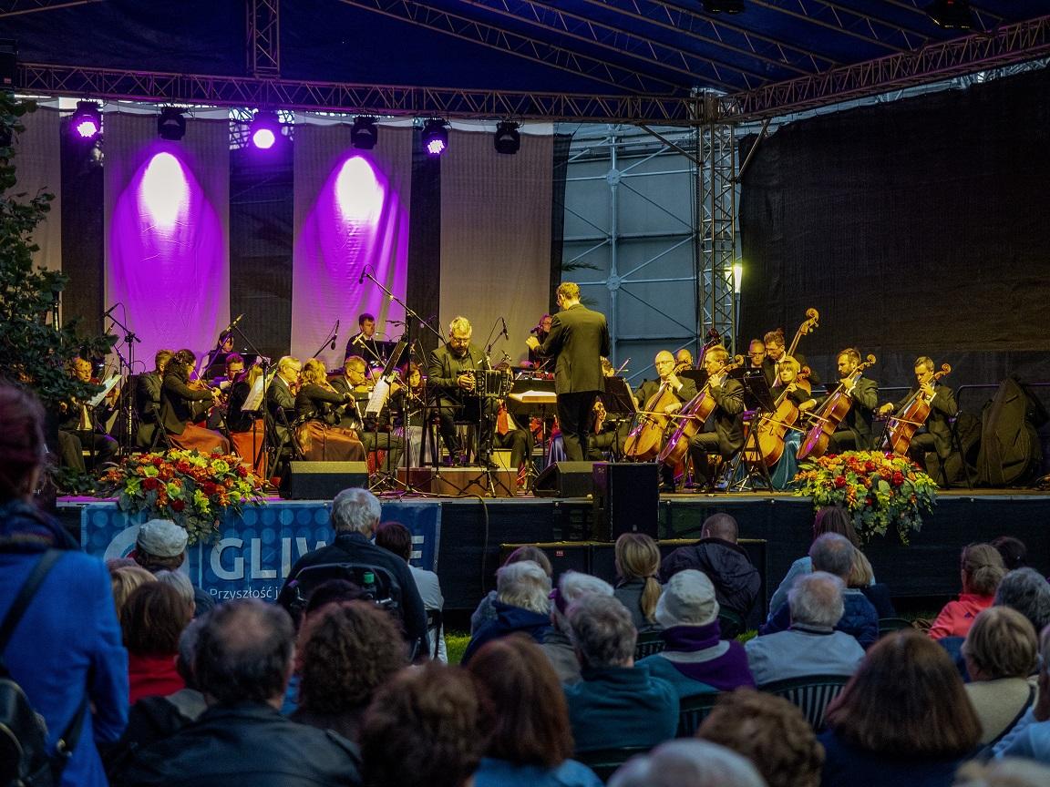 Gliwicka Orkiestra Kameralna na scenie w parku Chopina i publiczność