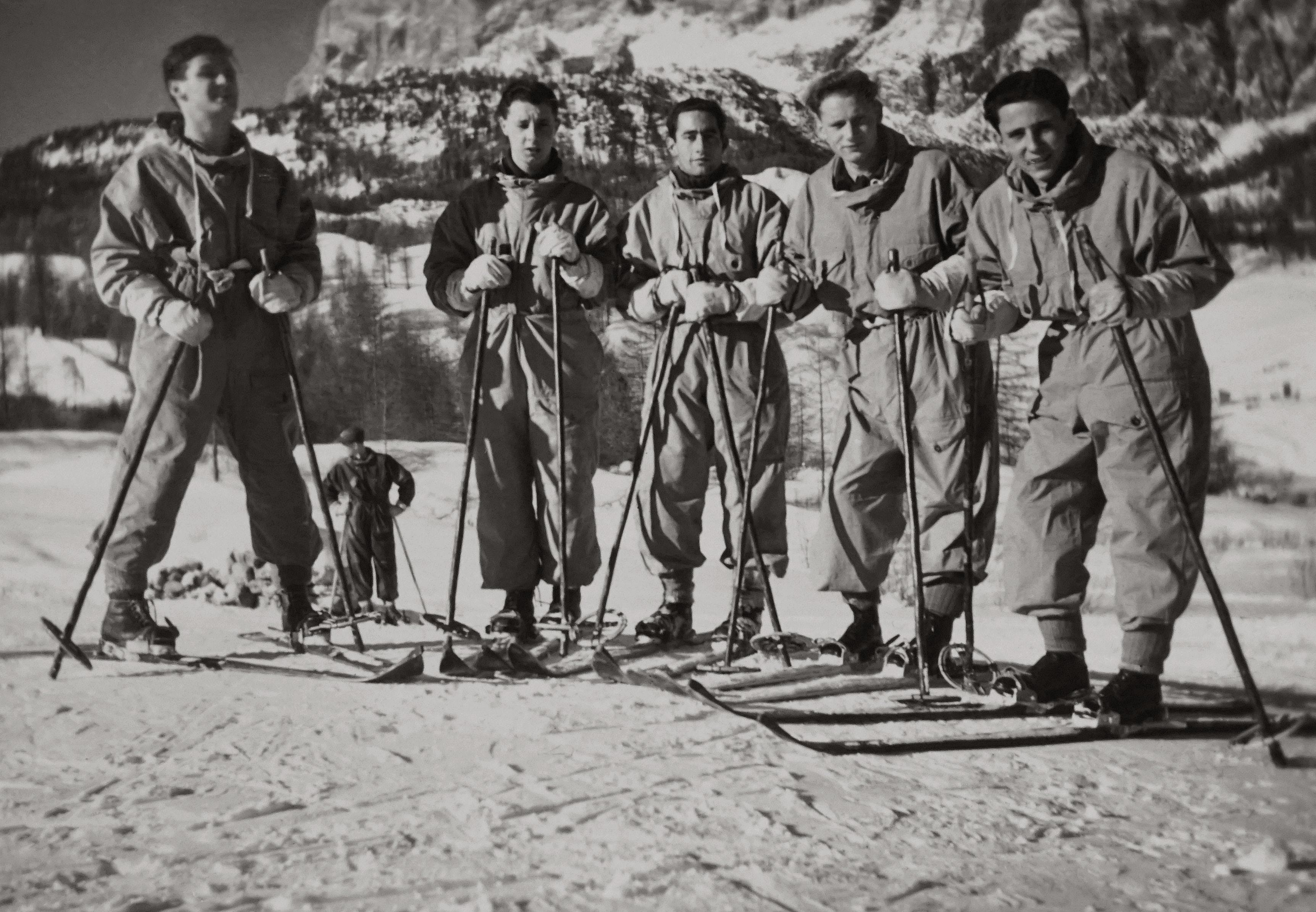 mężczyźni nartach