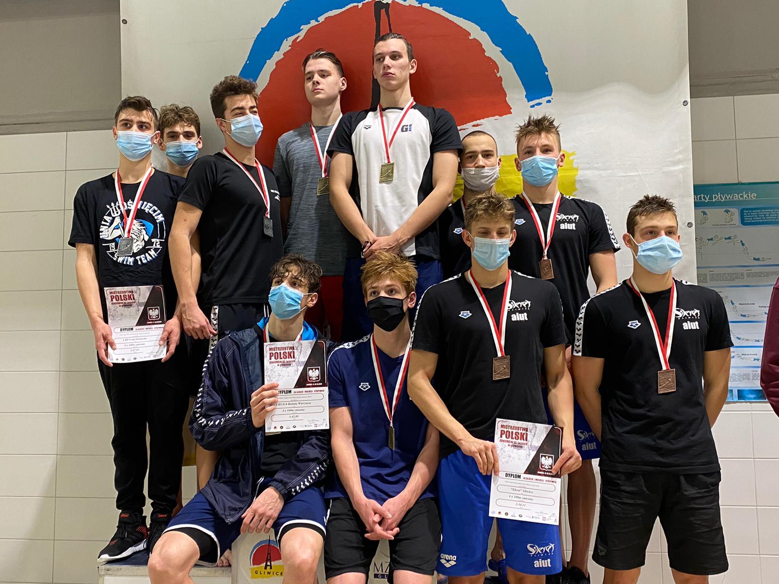 Na 3 miejscu podium stoją brązowi medaliści z Klubu Pływackiego Sikret Gliwice na 4x100m stylem zmiennym w składzie:
