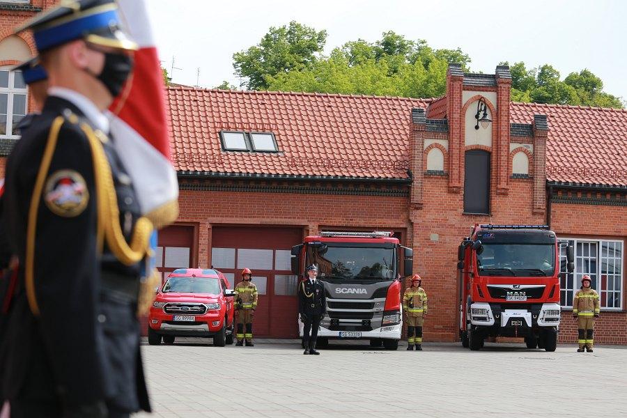 Strażacy na placu przed komendą