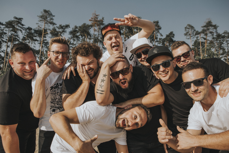 grupa wesołych mężczyzn