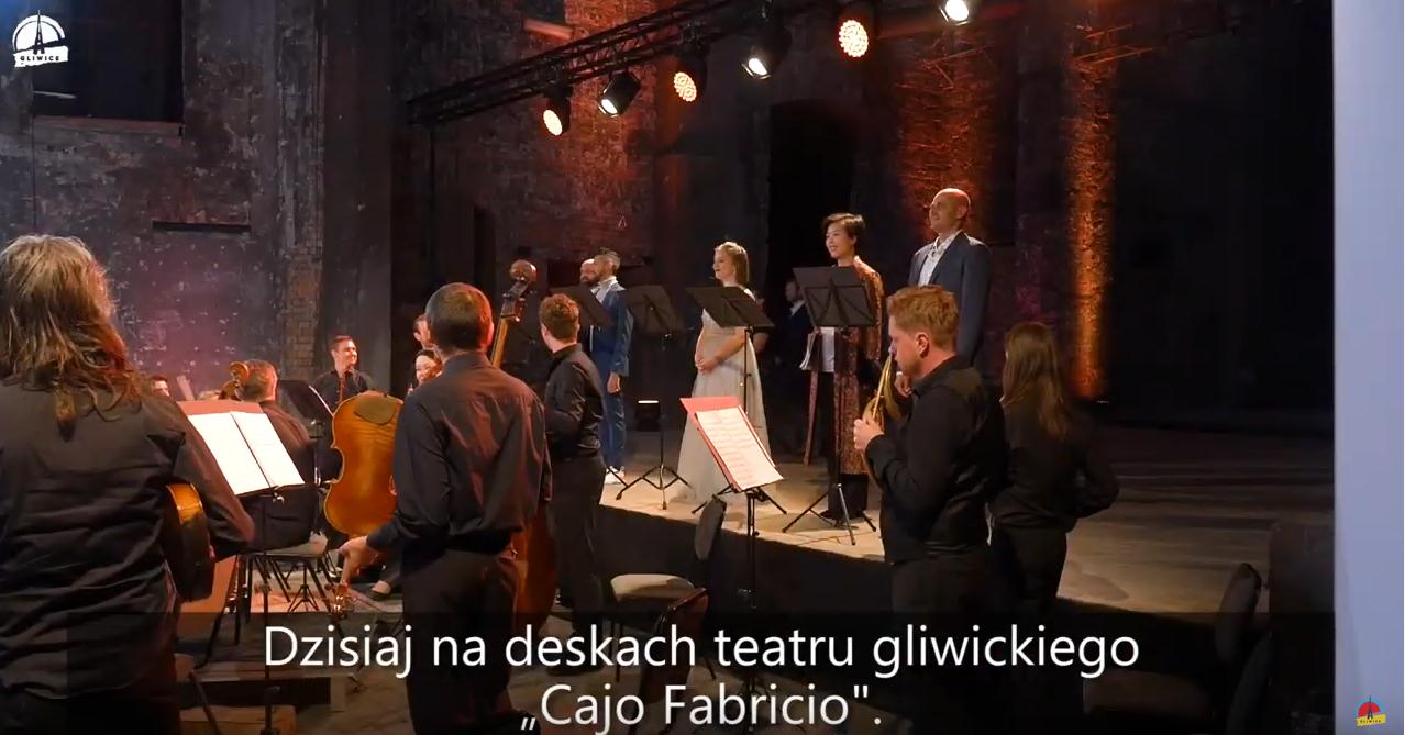 muzycy na scenie w ukłonie