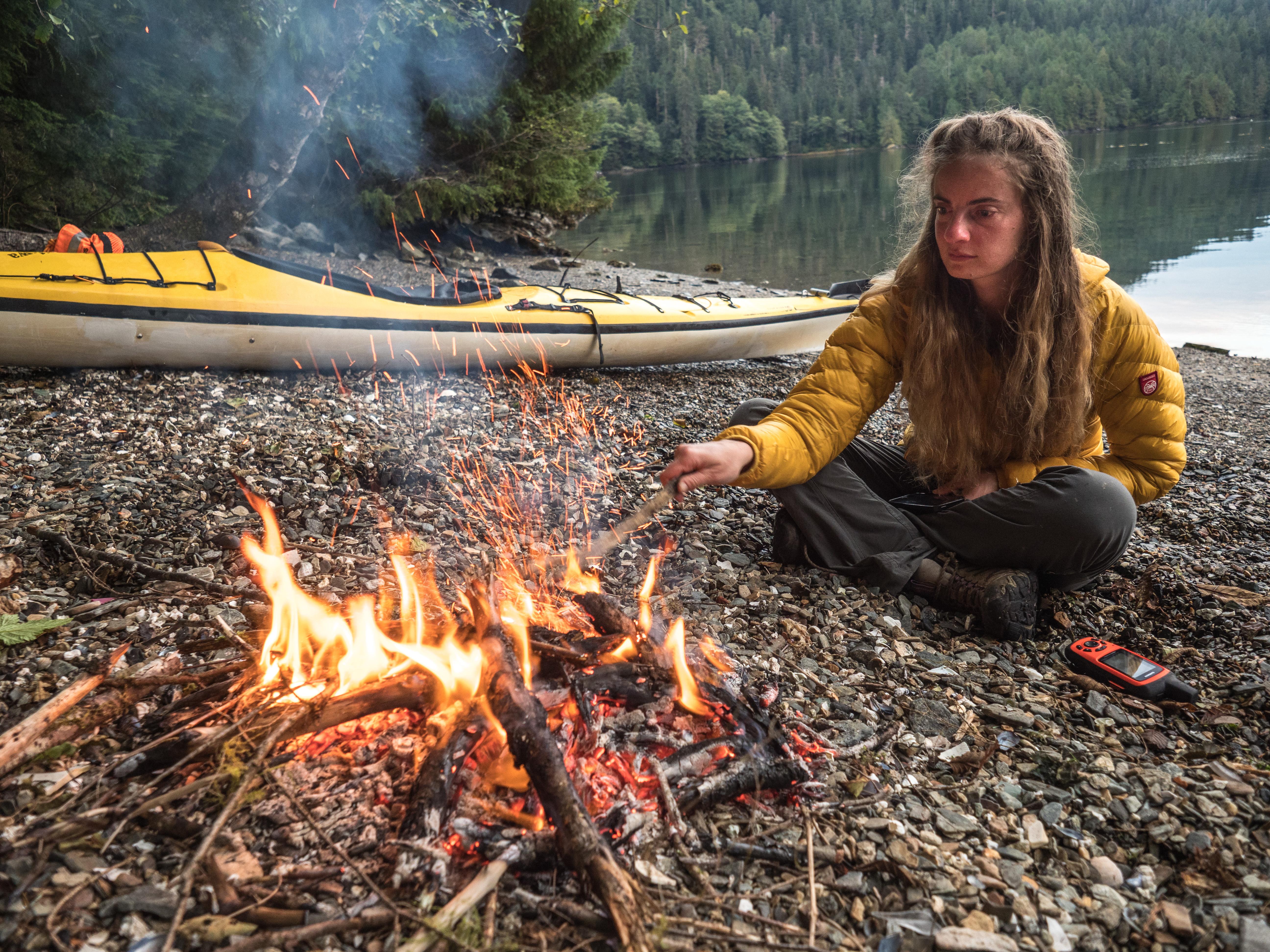 dziewczyna przy ognisku