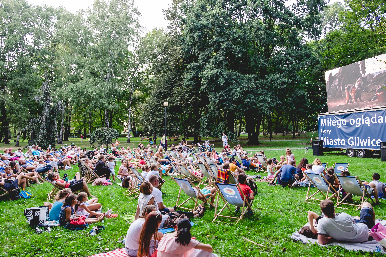 kino plenerowe na pl. Grunwaldzkim – ludzie oglądają film na trawie