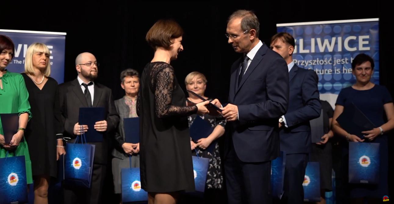 prezydent Gliwic wrécza nauczycielom listy gratulacyjne