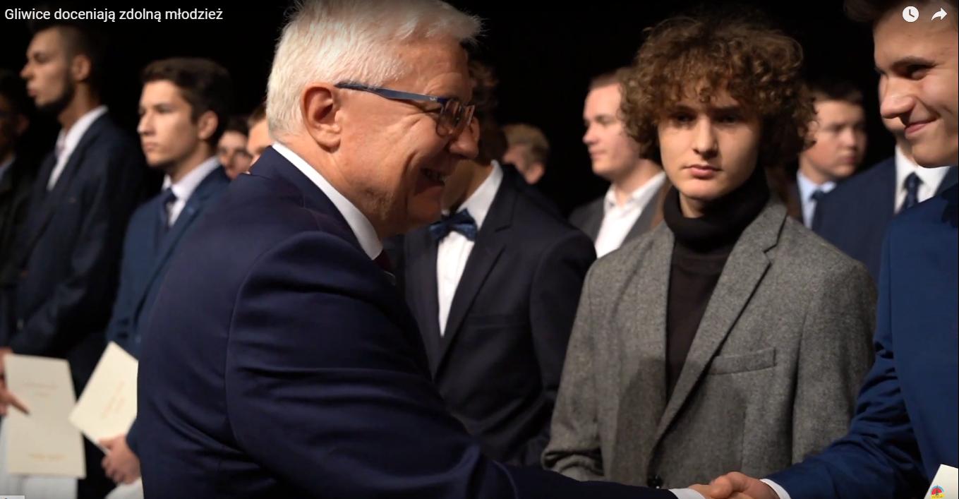Adam Neumann, zastępca prezydenta Gliwic, gratuluje wyróżnionym uczniom