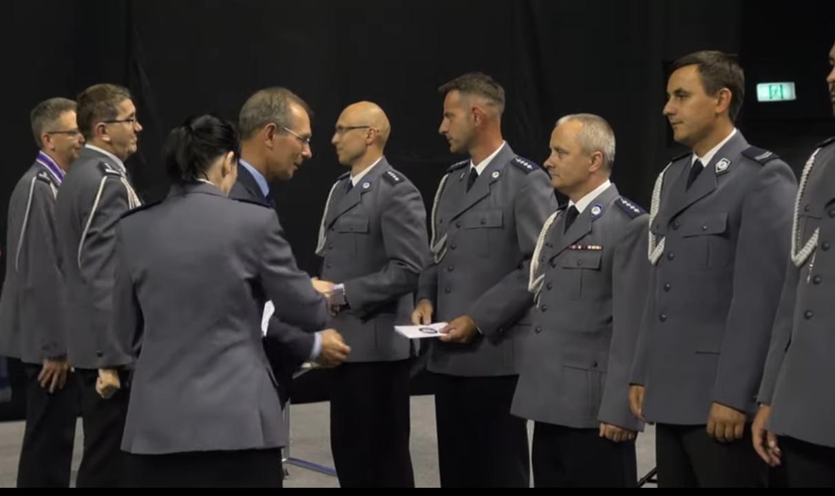 prezydent Gliwic Zygmunt Frankiewicz wręcza nagrody wyróżniającym się policjantom