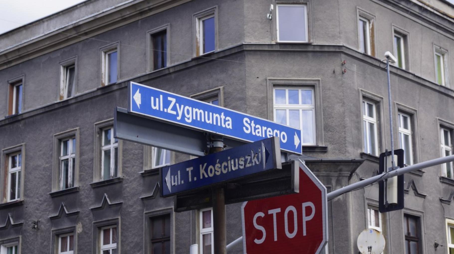tabliczki z nazwami ulic Kościuszki i Zygmunta Starego