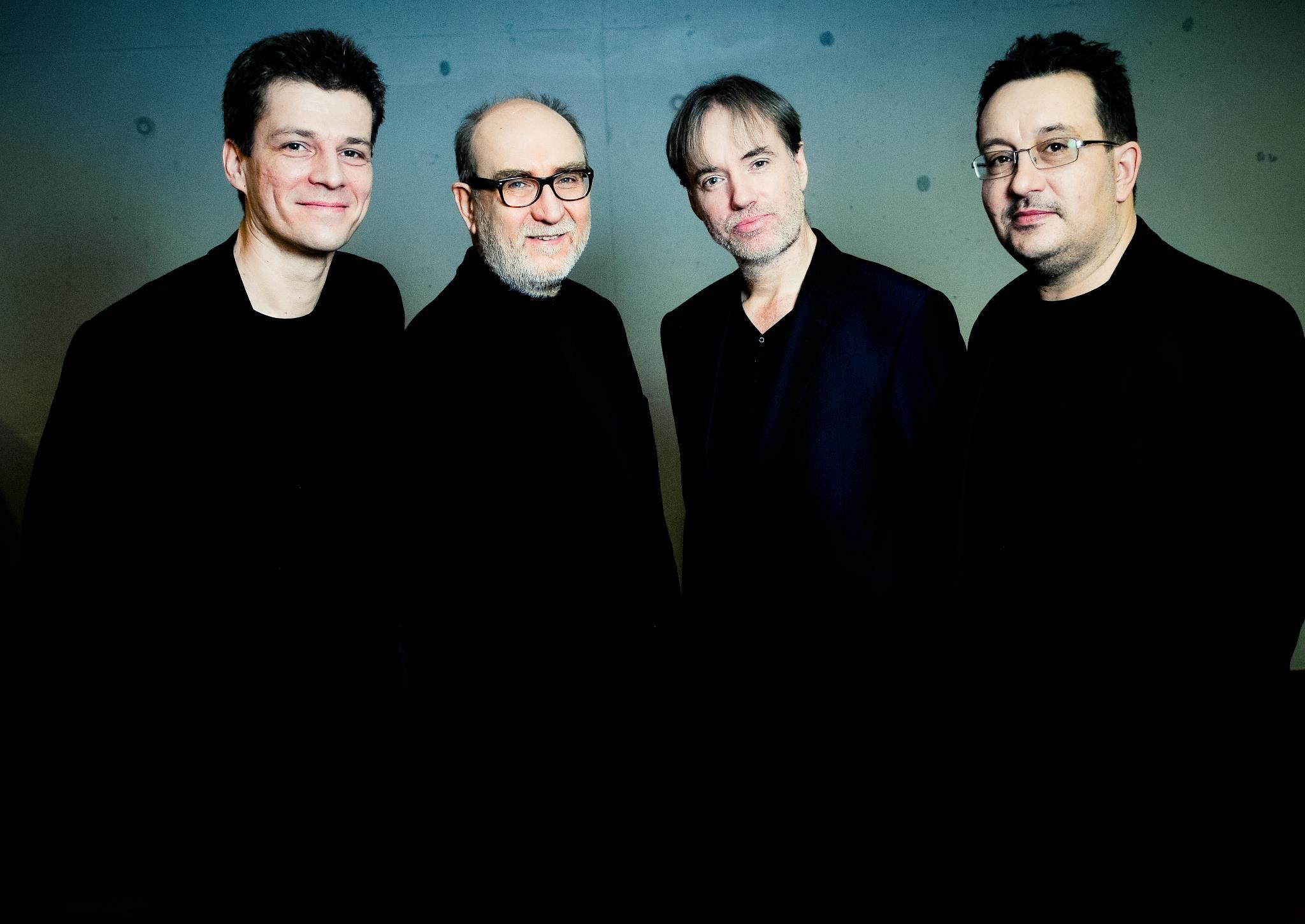 czterech muzyków w czerni