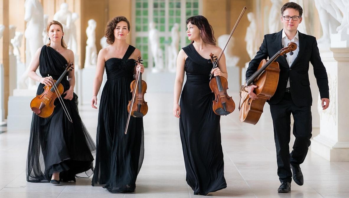 czwórka eleganckich muzyków kwartetu z instrumentami