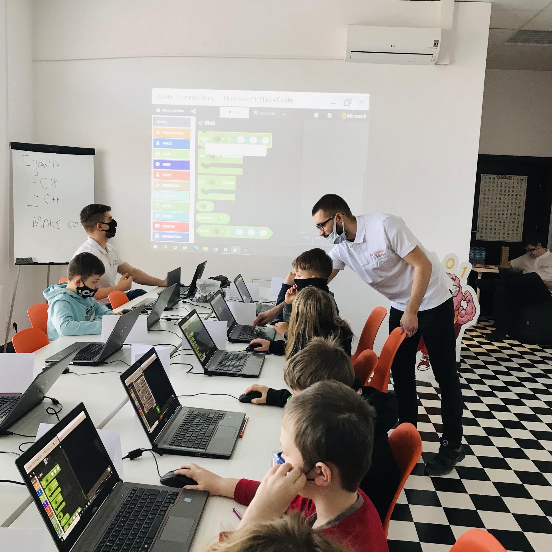 dzieci przy laptopach