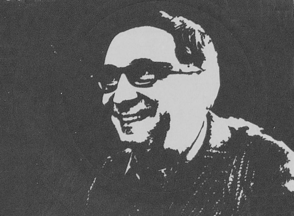 tablica z wizerunkiem mężczyzny w okularach
