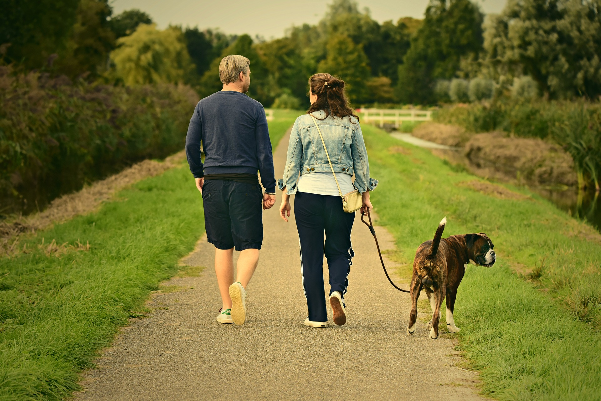 para na spacerze z psem