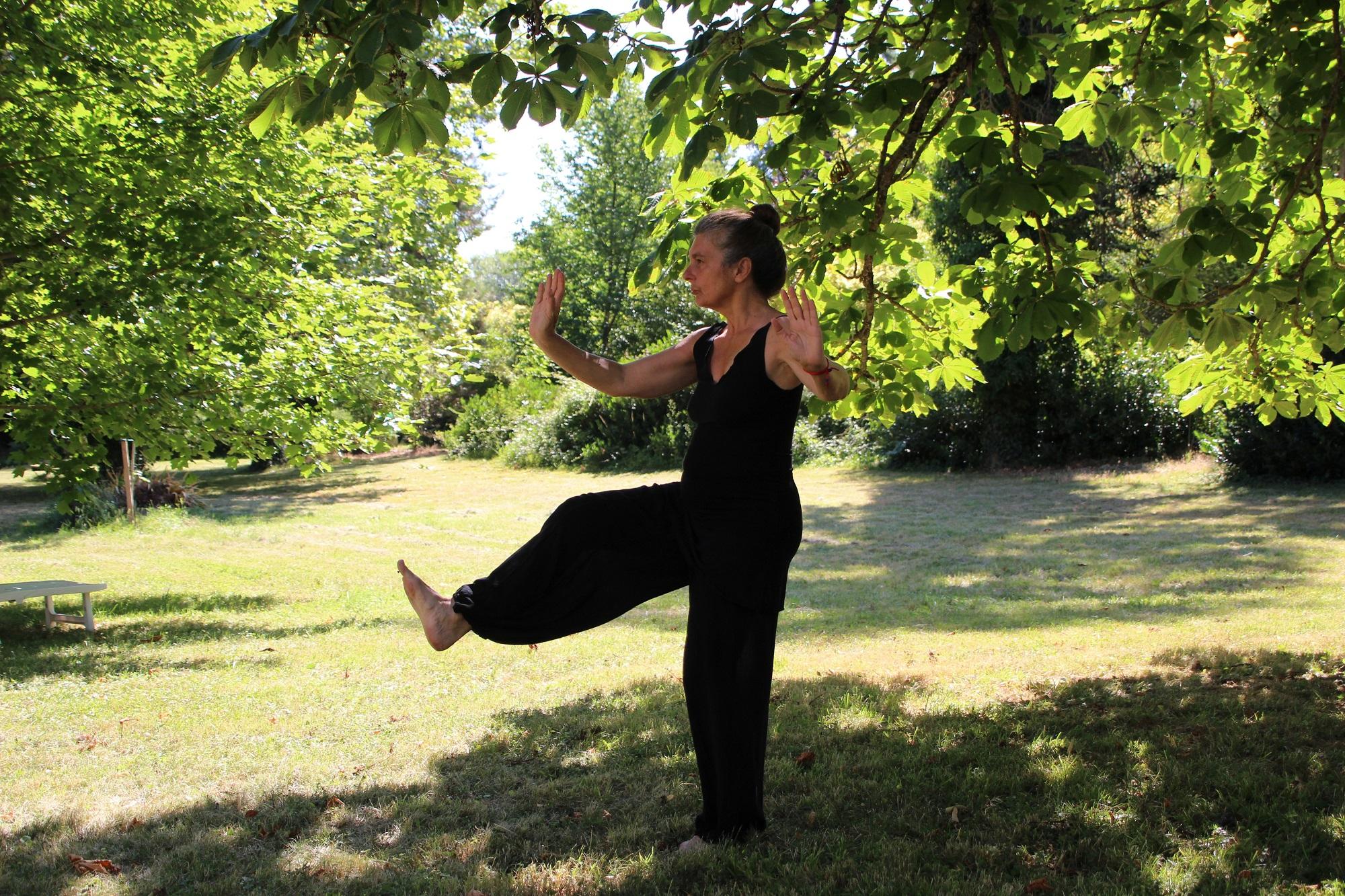 kobieta na trawie ćwiczy tai-chi