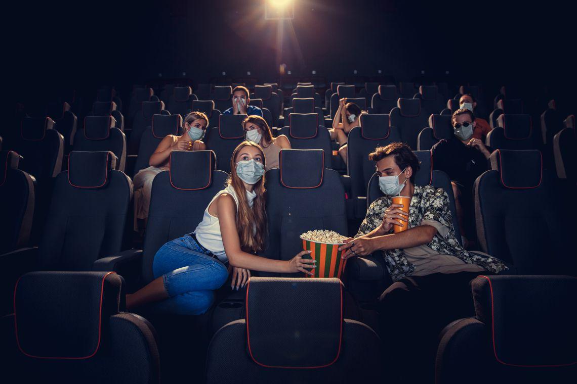 widzowie w kinie w maseczkach