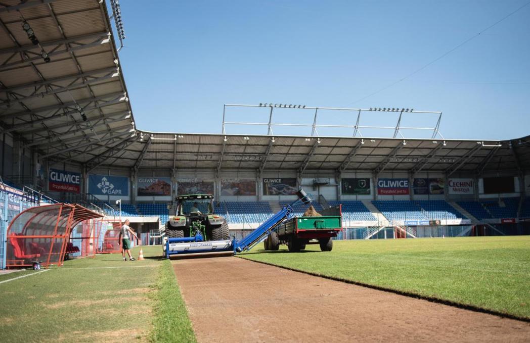 zrywanie murawy na stadionie Piasta