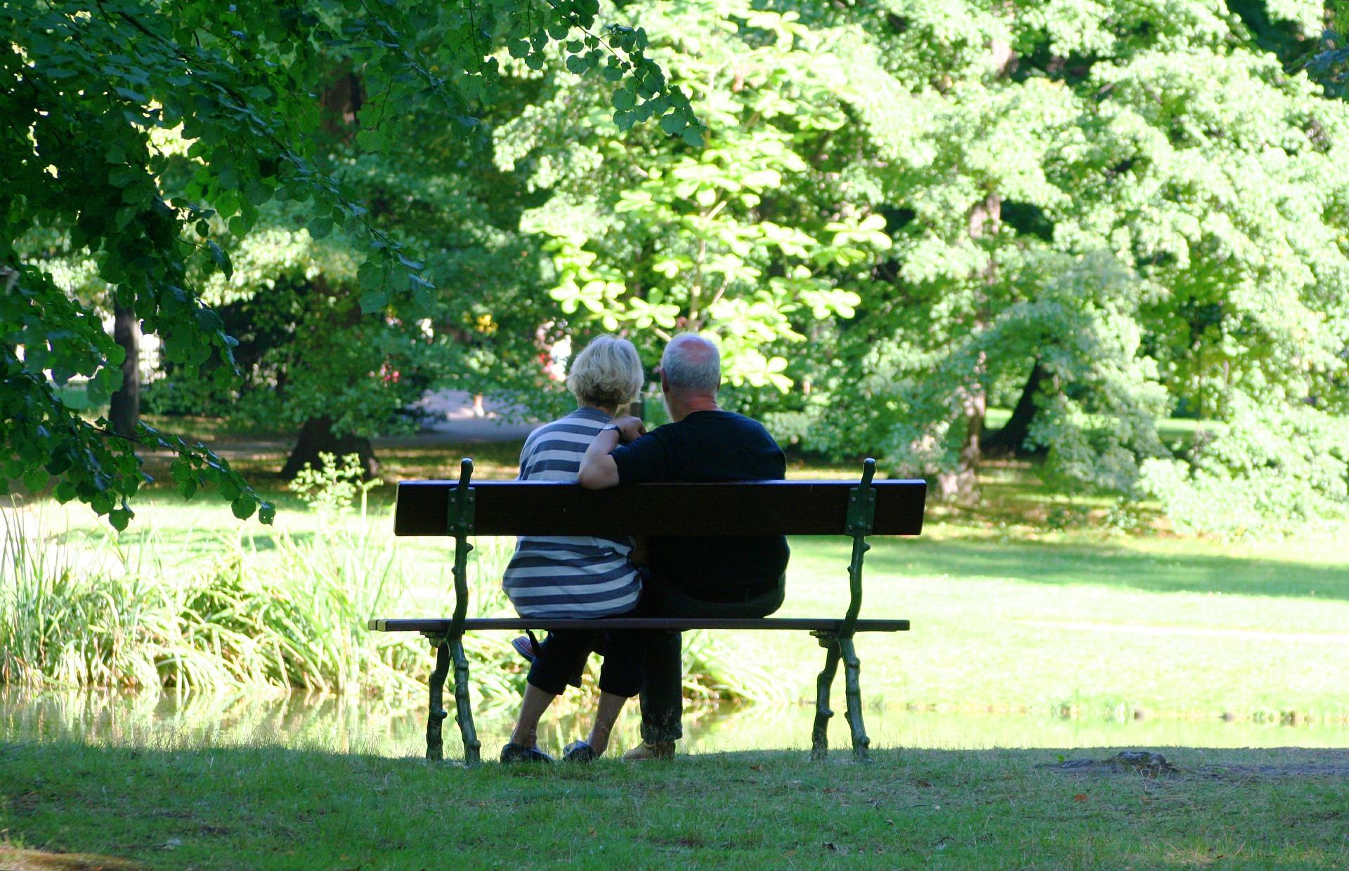 para seniorów na ławce w parku
