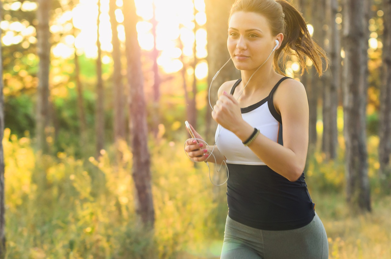 biegnąca dziewczyna