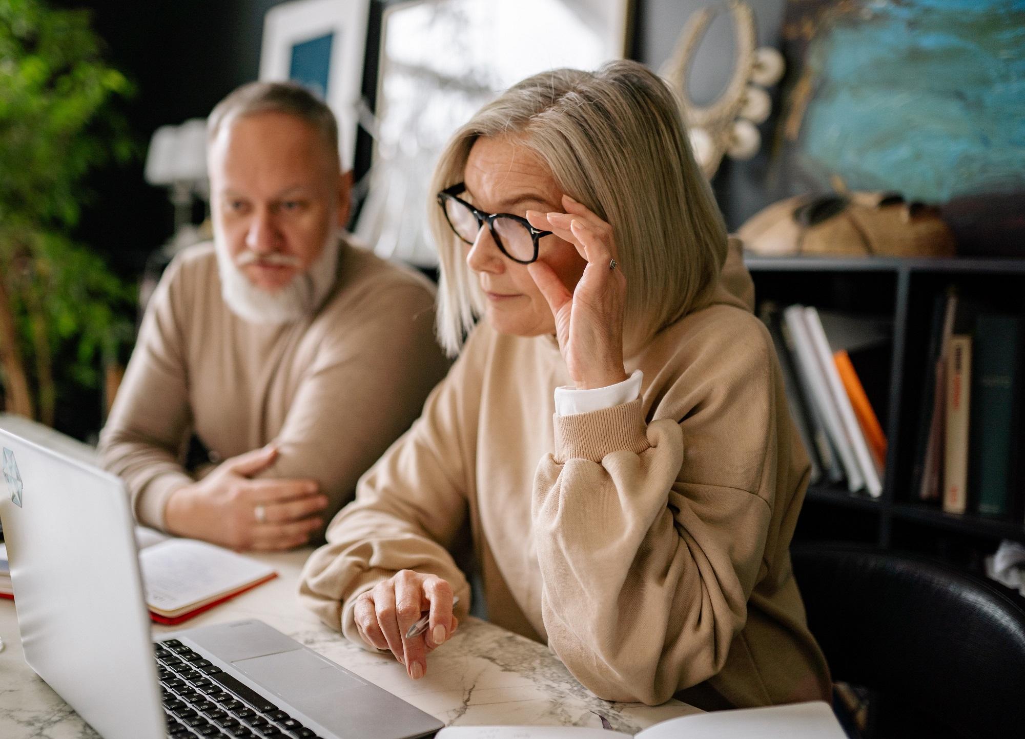kobieta i męzczyzna nad laptopem