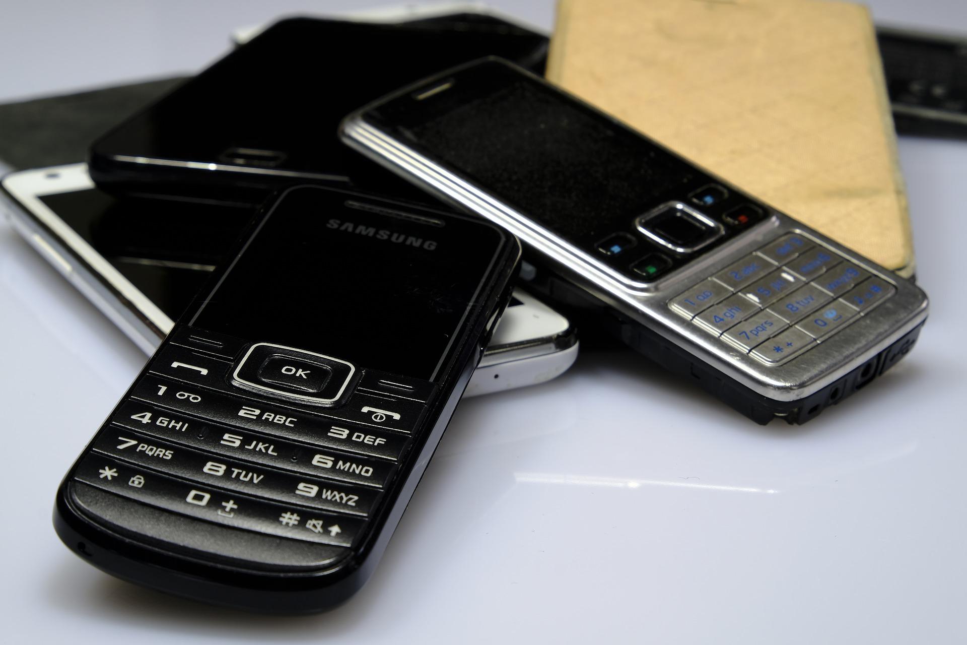 stare telefony na blacie