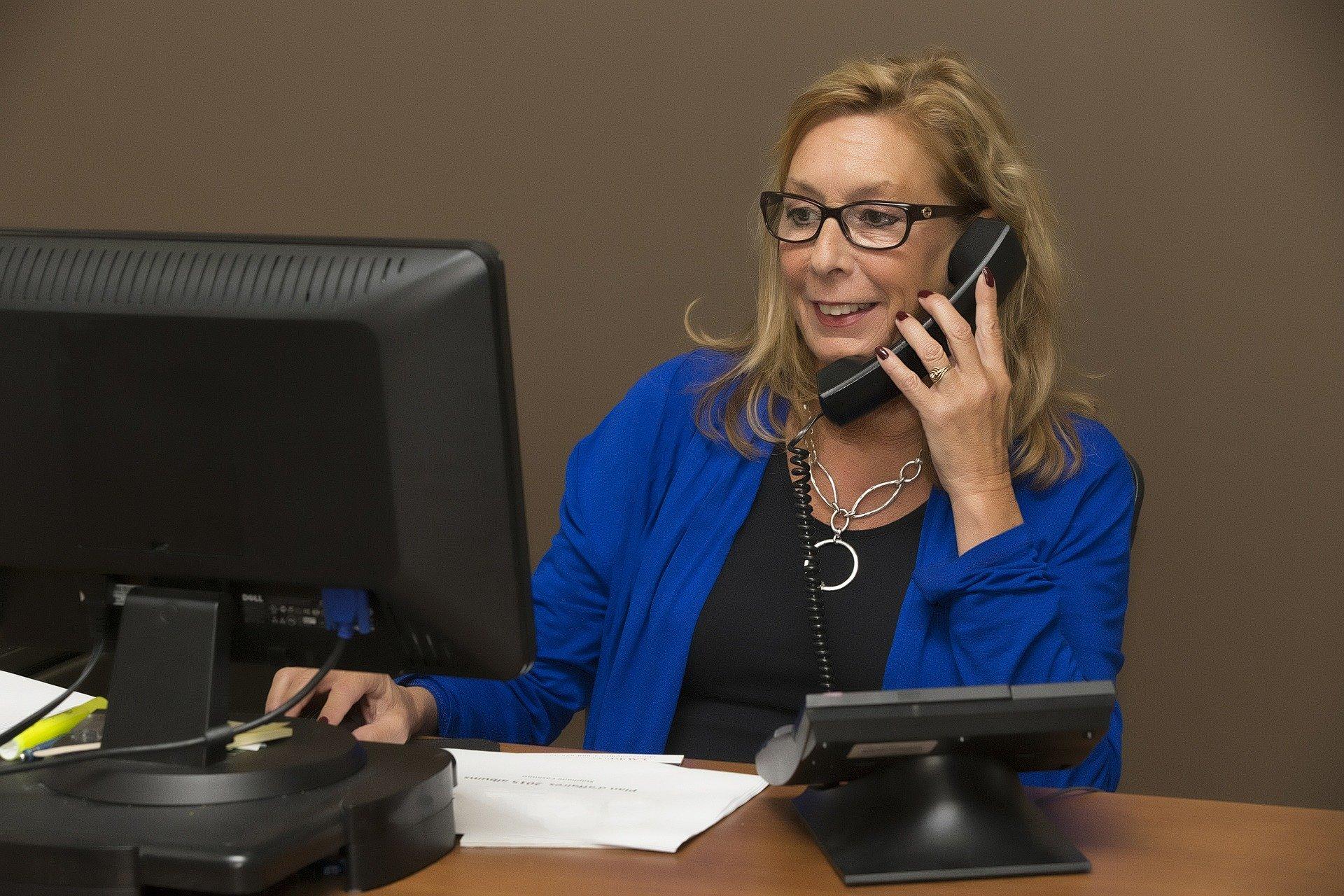 konsultant udziela porady przez telefon