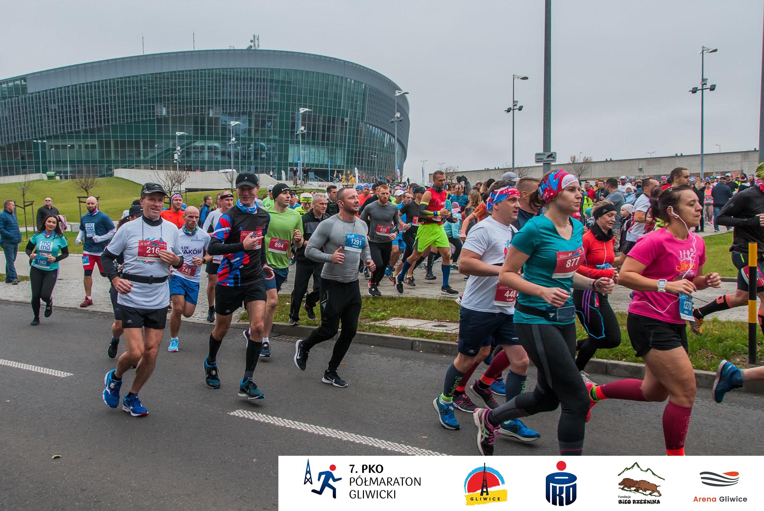 biegacze przed Areną Gliwice