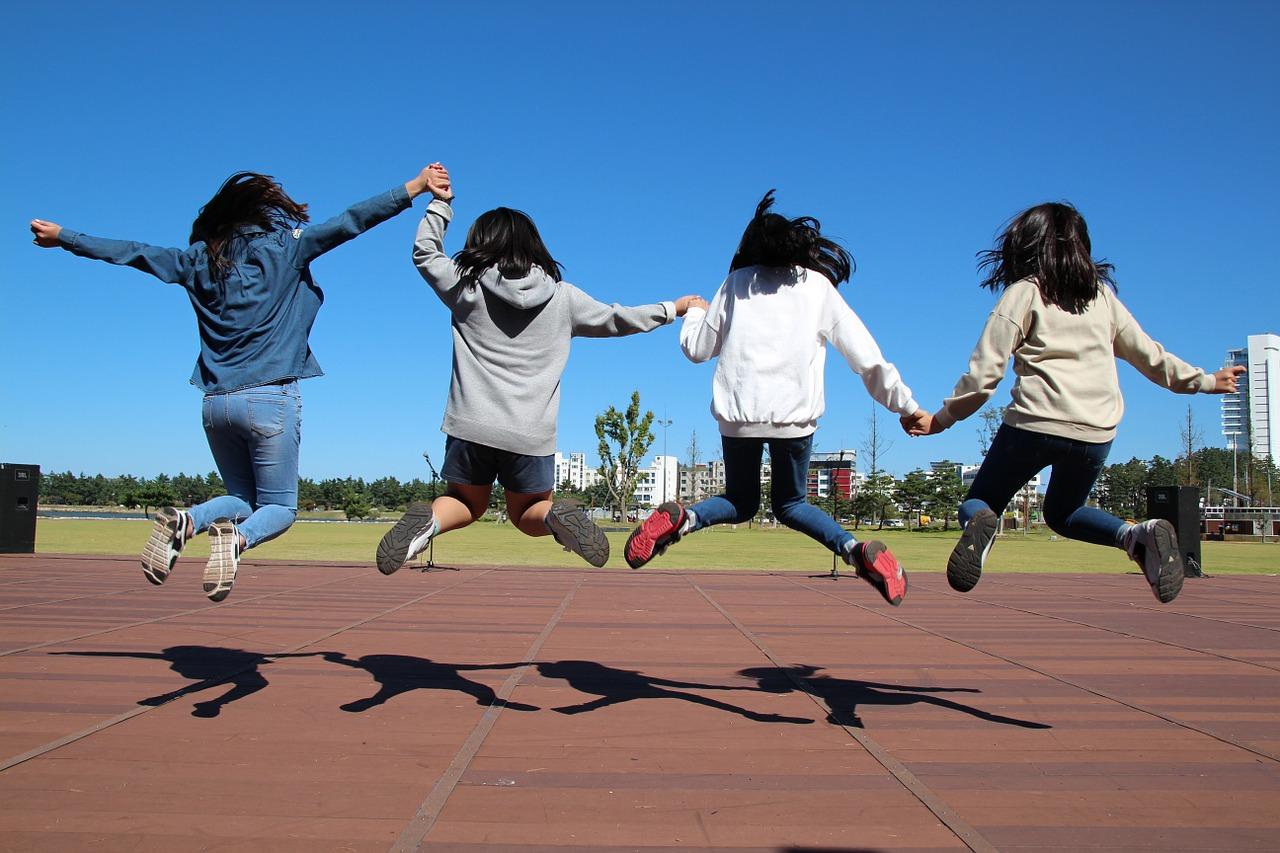 4 dziewczymy skaczą do góry