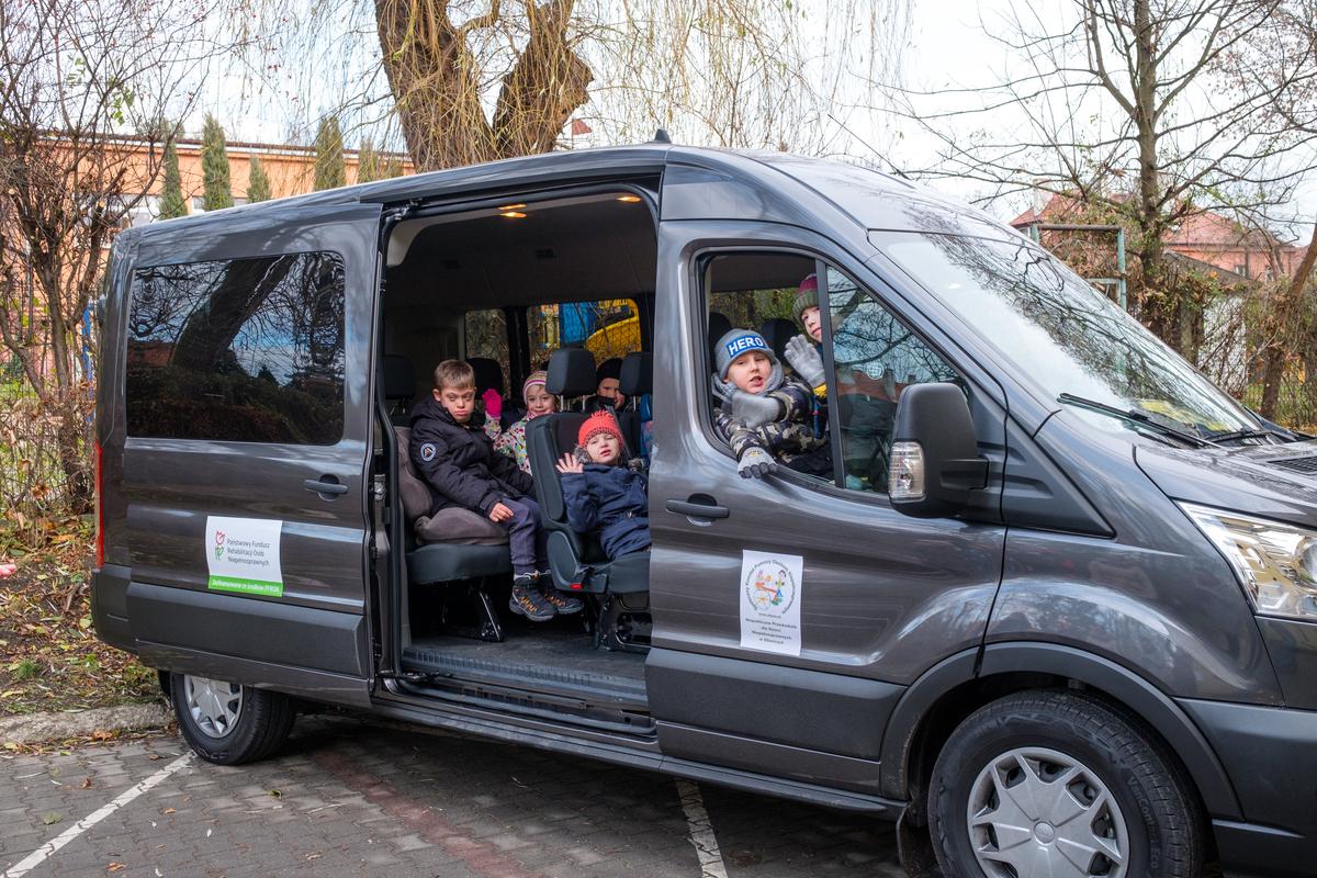 dzieci w nowym mikrobusie
