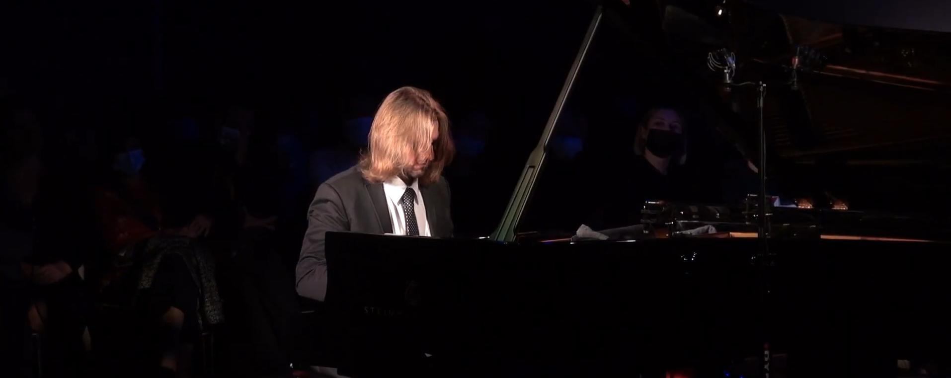 Leszek Możdżer przy fortepianie