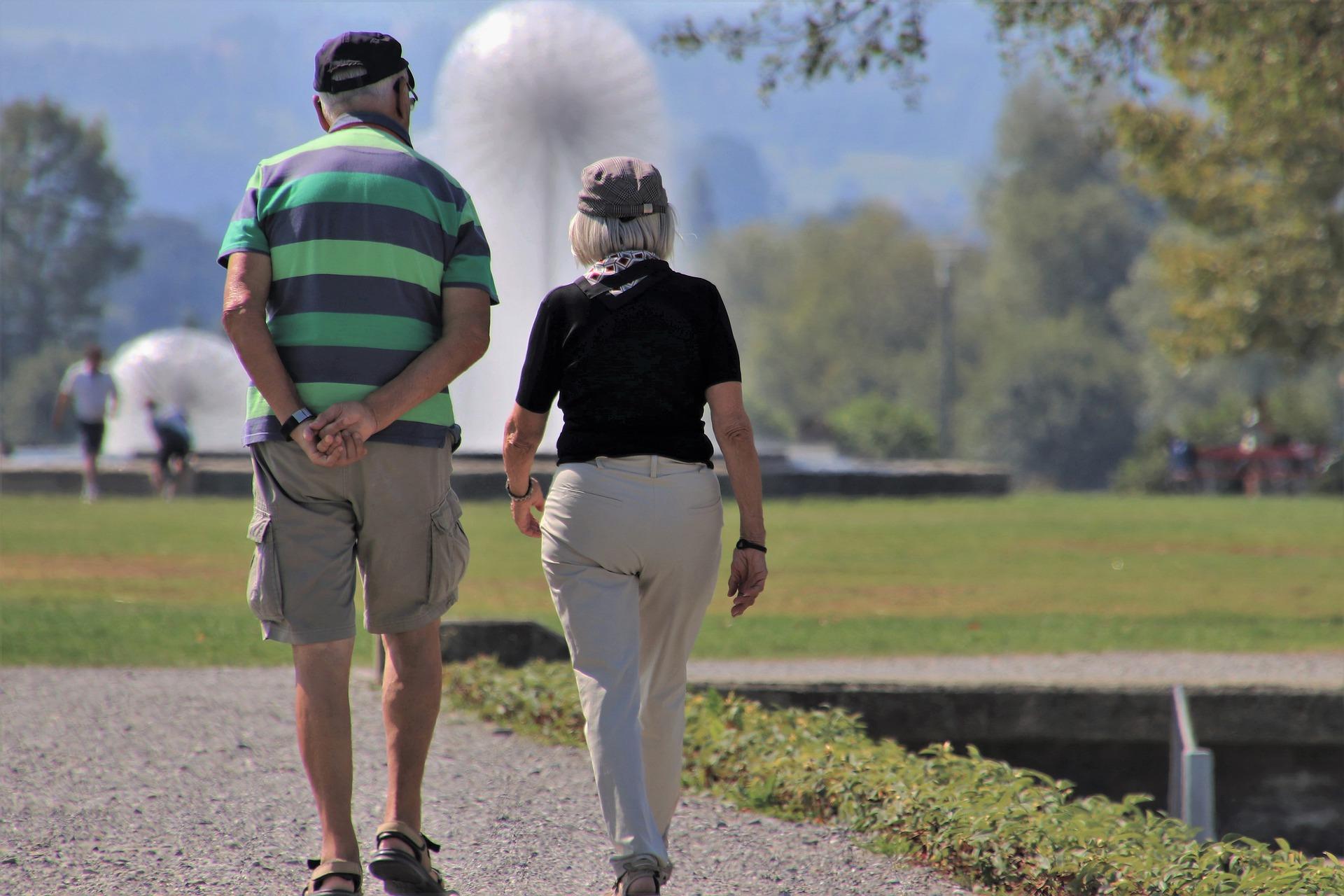 starsi ludzie na spacerze