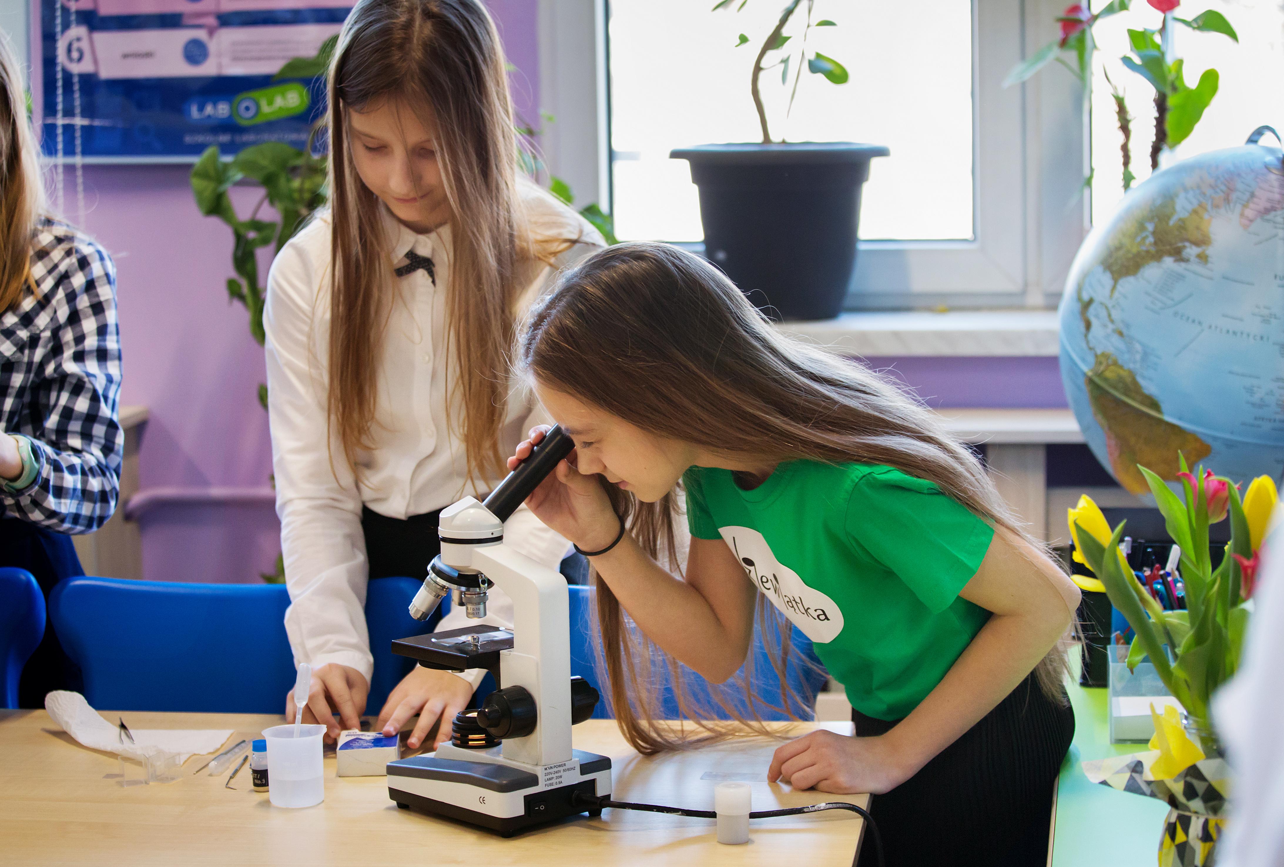 dziewczynki przy mikroskopie