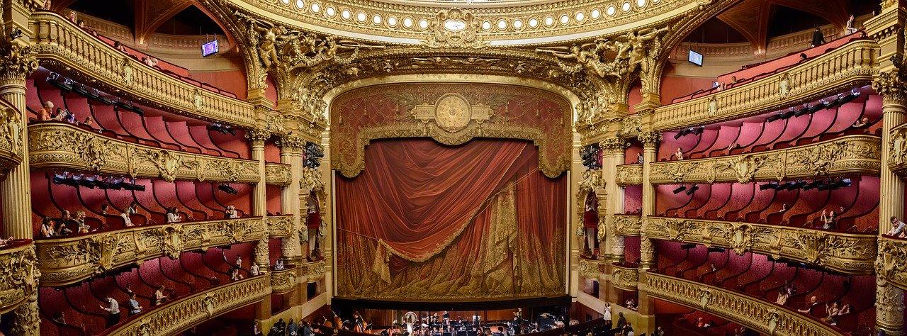 scena operowa, bogate zdobienia sali, dużo złota